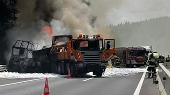 Nach einem Auffahrunfall fängt ein mit Kühlschränken beladener Lkw auf der Südautobahn Feuer.