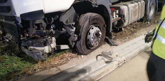 Der Lkw wurde total beschädigt.