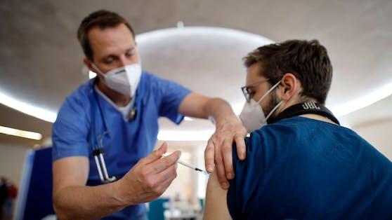 Johnson & Johnson und AstraZeneca warnen davor, Menschen zu impfen, die schon einmal ein Kapillarlecksyndrom entwickelt haben.