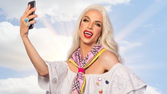 """Tamara Mascara im """"Camp Drag""""-Outfit: Wer Geschick beweist, bekommt von ihr einen Sticker."""