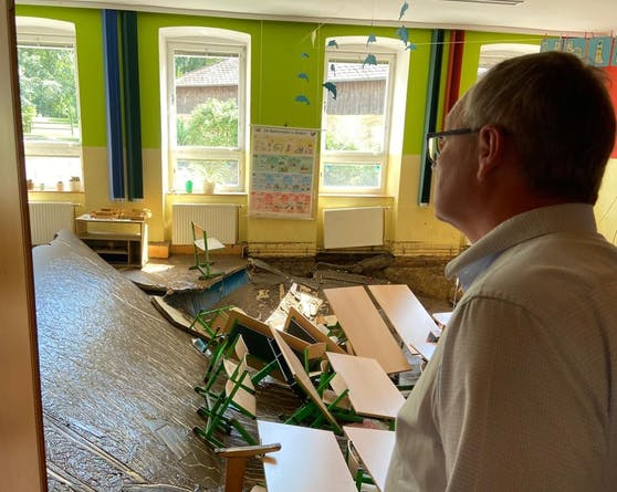 Zerstörte Schule in Aggsbach-Dorf: Landesvize Stephan Pernkopf war am Montag in den Katastrophengebieten