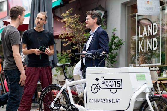 Klimastadtrat Jürgen Czernohorszky (re.) besucht das LANDKIND, Bauernladen und Marktcafé am Schwendermarkt, das die E-Lastenradförderung des Landes Wien für einen Grätzl-Online-Shop in Anspruch genommen hat.