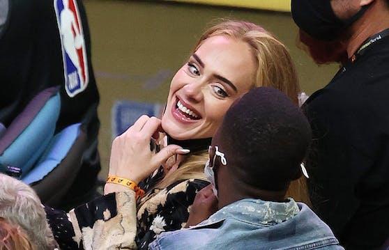 Adele strahlend neben Agent Rich Paul