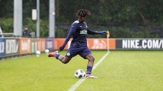 """Dieser PSV-Youngster führt den """"Einwurf"""" schon mit dem Fuß aus."""