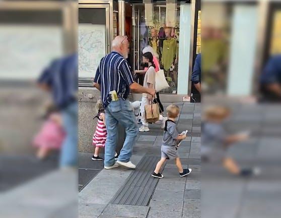 In Wien war ein Mann mit seinen Enkelkindern an der Leine unterwegs.