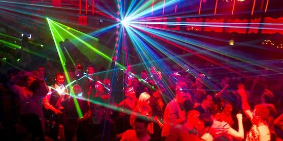 Die Männer wollten in eine Disco in Schärding, beim Einlass eskalierte die Situation. (Symbolfoto)