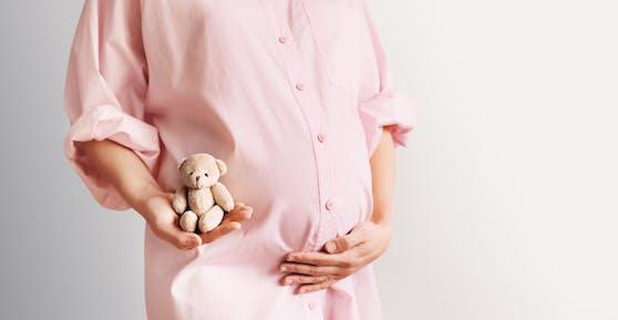 2.931 Paare konnten sich 2020 über eine Schwangerschaft durch künstliche Befruchtung freuen.