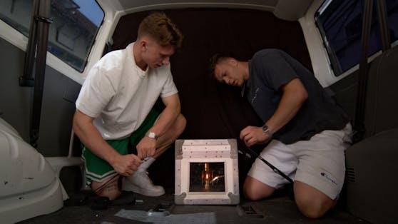 Armin und Stefan wollen auf dem Olympischen Feuer Flame-grilled Burger machen.