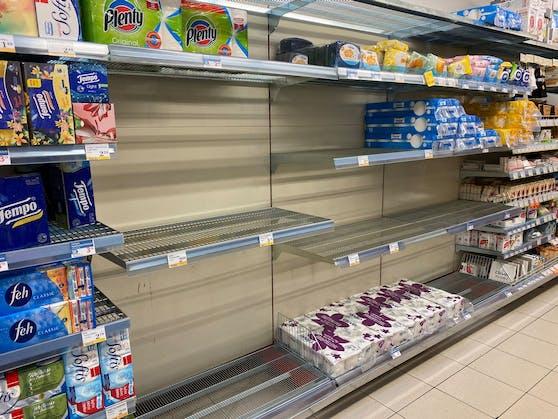 Warenstau in Fernost: In den heimischen Märkten bleiben Regale leer – oder es wird teurer.