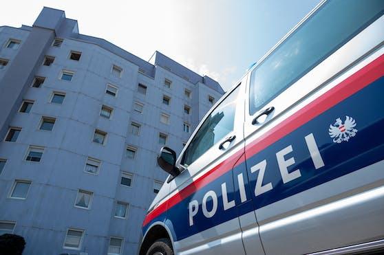 Polizeieinsatz in einem Mehrparteienhaus in Asten: Ein 40-Jähriger soll seine Ehefrau mit einem Messer verletzt haben.