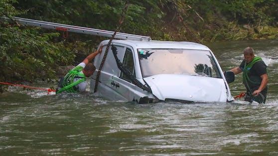 Transporter fiel in Fluss, Lenker rettete sich aufs Dach. Die Feuerwehr Windischgarsten sicherte das Fahrzeug, um es bergen zu können.