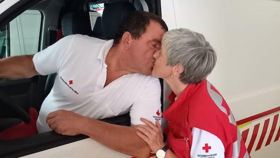 Ein Bussi für seine Karin. Seit Februar 2019 sind Josef und die 55-Jährige ein Paar.