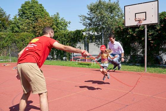Bei seinem Besuch bei den Summer City Camps kam bei Vizebürgermeister Christoph Wiederkehr das Kind im Manne raus. Mit sichtlicher Begeisterung sprang er mit den Kids um die Wette.