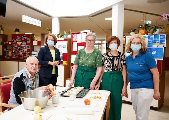 Sozial-Landesrätin Christiane Teschl-Hofmeister (hinten links) mit ehrenamtlichen Mitarbeiterinnen und einem Bewohner des Pflege- und Betreuungszentrums Ybbs.