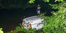 Mit Mercedes in Fluss: Hier wartet Fahrer auf Rettung