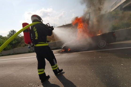 Cabrio ging auf der A2 in Flammen auf