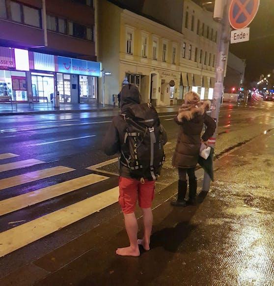 Schnell ins Warme! Dieser Rucksackträger lief trotz Regens und 4 Grad Kälte ohne Schuhe durch Wien.