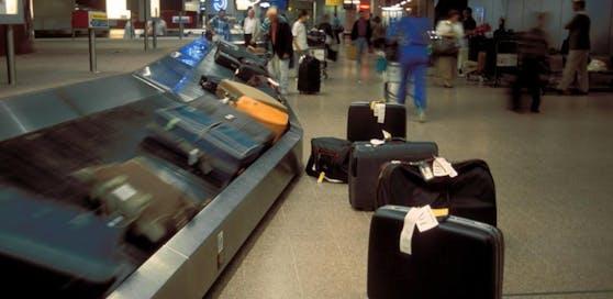 Die Frau stürzte aufs Gepäckband und fuhr auf diesem in den Frachtraum.