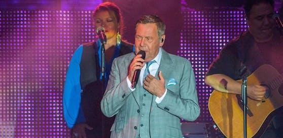 Roland Kaiser performt einen seine großen Hits.