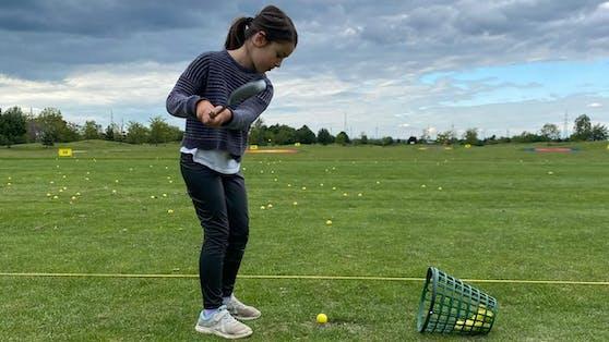 Tochter Niki beim Golfen.