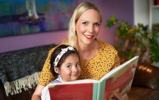 Christine Leitner, alias Tante Chrisi, liest im Internet Märchen für Kinder.