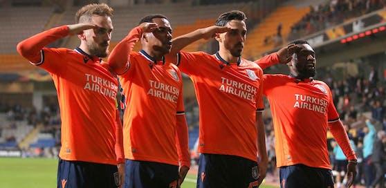 Irfan Can Kahveci salutiert, auch Robinho macht mit.
