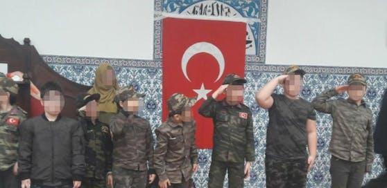 In der von ATIB betriebenen Moschee in der Brigittenauer Dammstraße mussten Kinder in Militäruniformen und mit türkischen Flaggen exerzieren. Kleine Mädchen mussten dabei Kopftuch tragen.