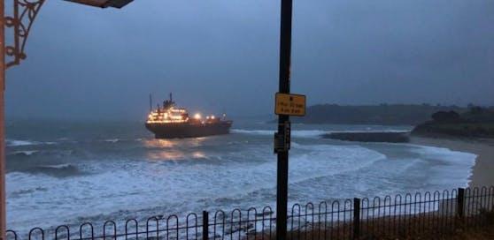 Das Containerschiff sitzt vor Cornwall auf Grund