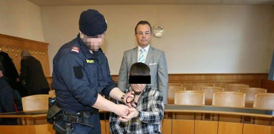 Anwalt Andreas Reichenbach mit dem Security auf der Anklagebank.