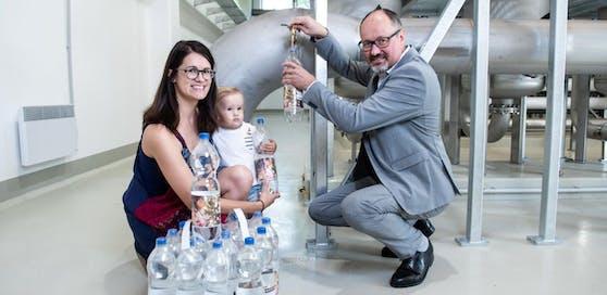 EVN Wasser-Geschäftsführer Raimund Paschinger beim Abfüllen der letzten Flaschen, auch die kleine Luisa und ihre Mama Daniela würden im Falle einer Krisensituation von den Trinkwasserflaschen der EVN Wasser profitieren.