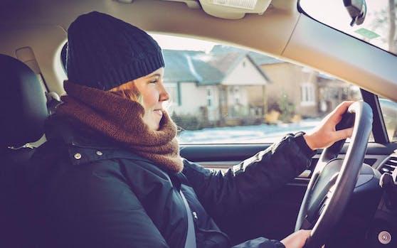 Winterjacke im Auto kann lebensgefährlich werden. (Symbolbild)