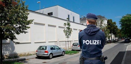 Der 46-Jährige schimpfte Beamte und zerschlug eine Scheibe: U-Haft in Wr. Neustadt.