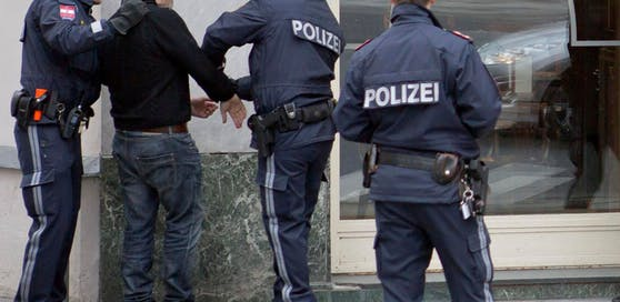Zwei Männer, die vor einem Lokal stritten, wurden am Dienstagnachmittag in Wien festgenommen. (Symbolfoto)