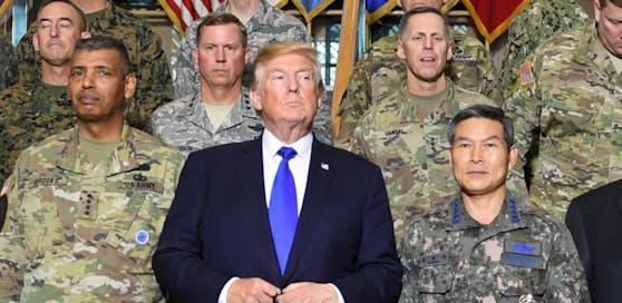 US-Präsident Donald Trump mit hochrangigen Militärs bei einem Besuch in Südkorea.
