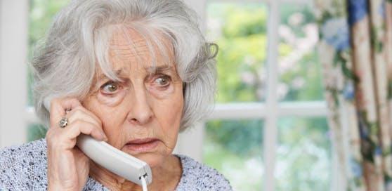 Die Telefonbetrüger haben es auf ältere Personen abgesehen.
