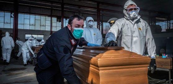 In Bergamo muss das italienische Militär die Särge der an Covid-19 Verstorbenen abtransportieren.