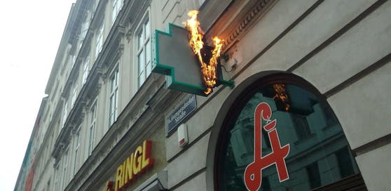 Das Schild der Aegydius-Apotheke in der Gumpendorfer Straße (Wien-Mariahilf) stand in Flammen