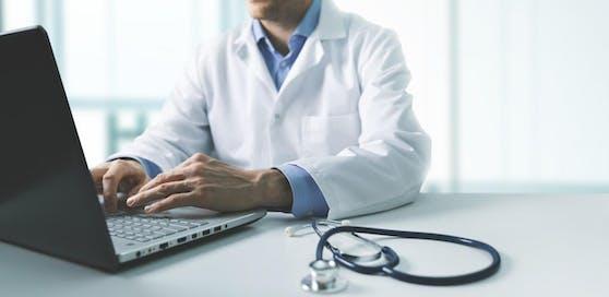 """Einem Arzt, der die Corona-Pandemie """"eine aufgebauschte Grippewelle"""" nennt, droht jetzt ein Berufsverbot. (Symbolbild)"""