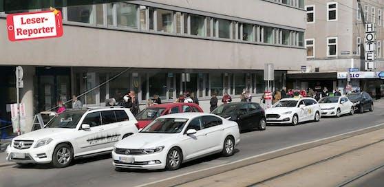 Die Menschen warteten vor dem AMS-Gebäude in der Schlange.