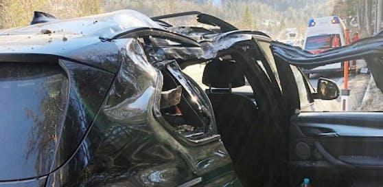 Der Pkw wurde bei dem Felssturz getroffen Totalschaden