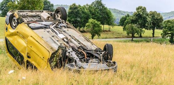 Der Alkolenker machte sich aus dem Staub und ließ seinen verletzten Beifahrer zurück (Symbolbild).