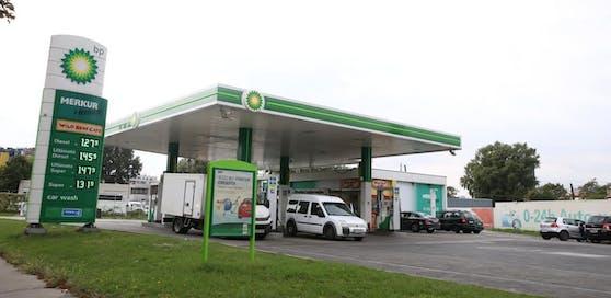 An dieser Tankstelle wollte der Mann seinen Kontrahenten überfahren.