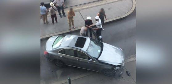 Der Fahrer eines silbernen Mercedes verlor am Freitagmorgen die Kontrolle und verunfallte beim Bahnhof Spittelau.