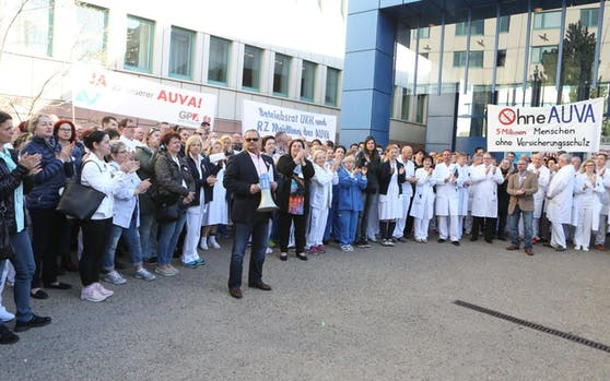 AUVA-Belegschaft protestiert gegen Einsparungen, hier im April in Wien.