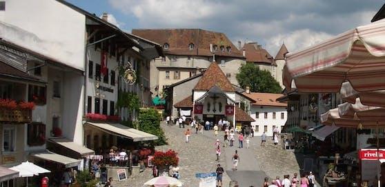 Städtchen und Schloss Greyerz im Kanton Freiburg (Schweiz).