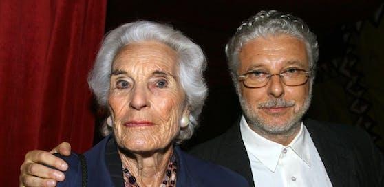 """Der Multimediakünstler Andre Heller und seine Mutter Elisabeth, aufgenommen am 27.04.2006 in München bei Hellers Zirkusgastspiel """"Afrika! Afrika!""""."""