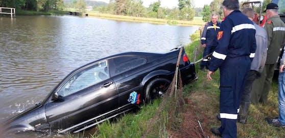 Das Auto wurde aus dem Teich gezogen.