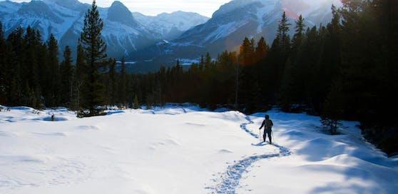 Die Frau folgte Schneespuren, konnte dann nicht mehr weiter und musste den Notruf wählen. (Symbolfoto)