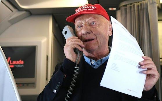 Niki Lauda in einem Flugzeug der Laudamotion.