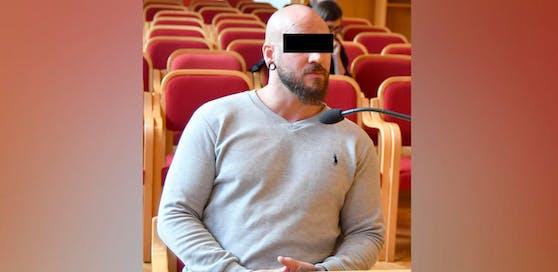 Der Beschuldigte soll in einer Gefängnis-Zelle den Hitlergruß gezeigt und davon ein Selfie gemacht haben.